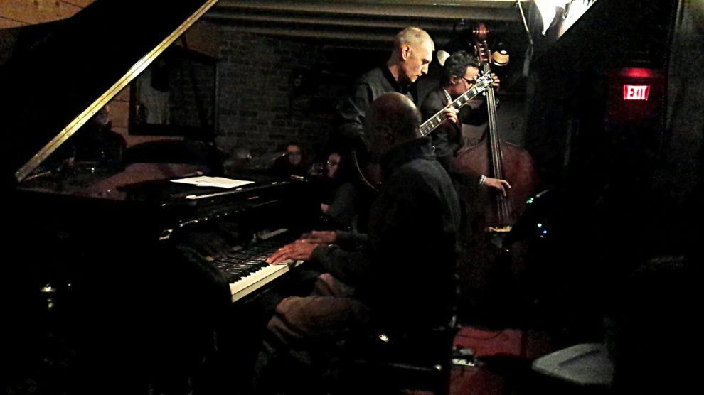 Une personne au piano servant d'accompagnement au groupe